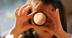מיכאל לייטמן - ילדה משקפת הסתכלות גילוי