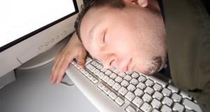 חכמת הקבלה - איש נרדם על המקלדת והמחשב