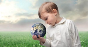 חכמת הקבלה - ילד מחזיק עולם קטן